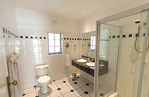 Hlangana Lodge Standard Room Bathroom