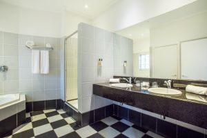 Hlangana Lodge Suite Bathroom